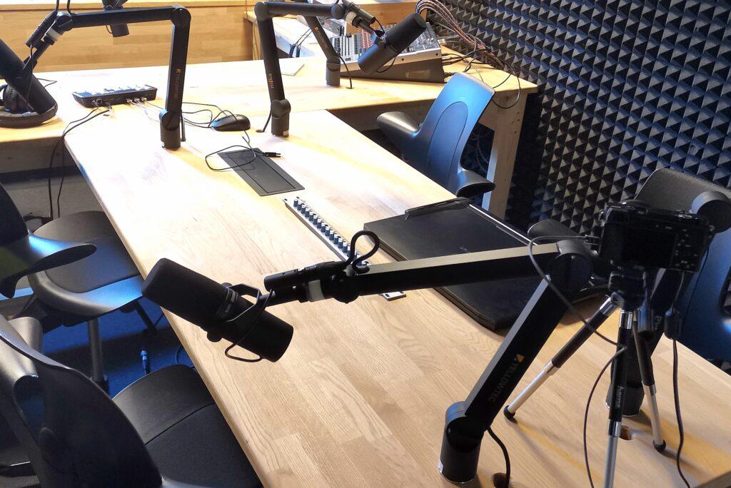 Billede af lydstudiet i TekX med mikrofoner og stole.